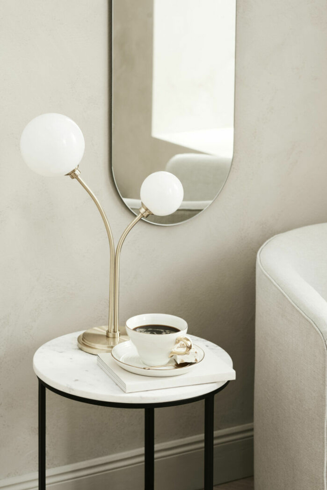 Lampa, sidobord och spegel från H&M Homes vårkollektion 2019