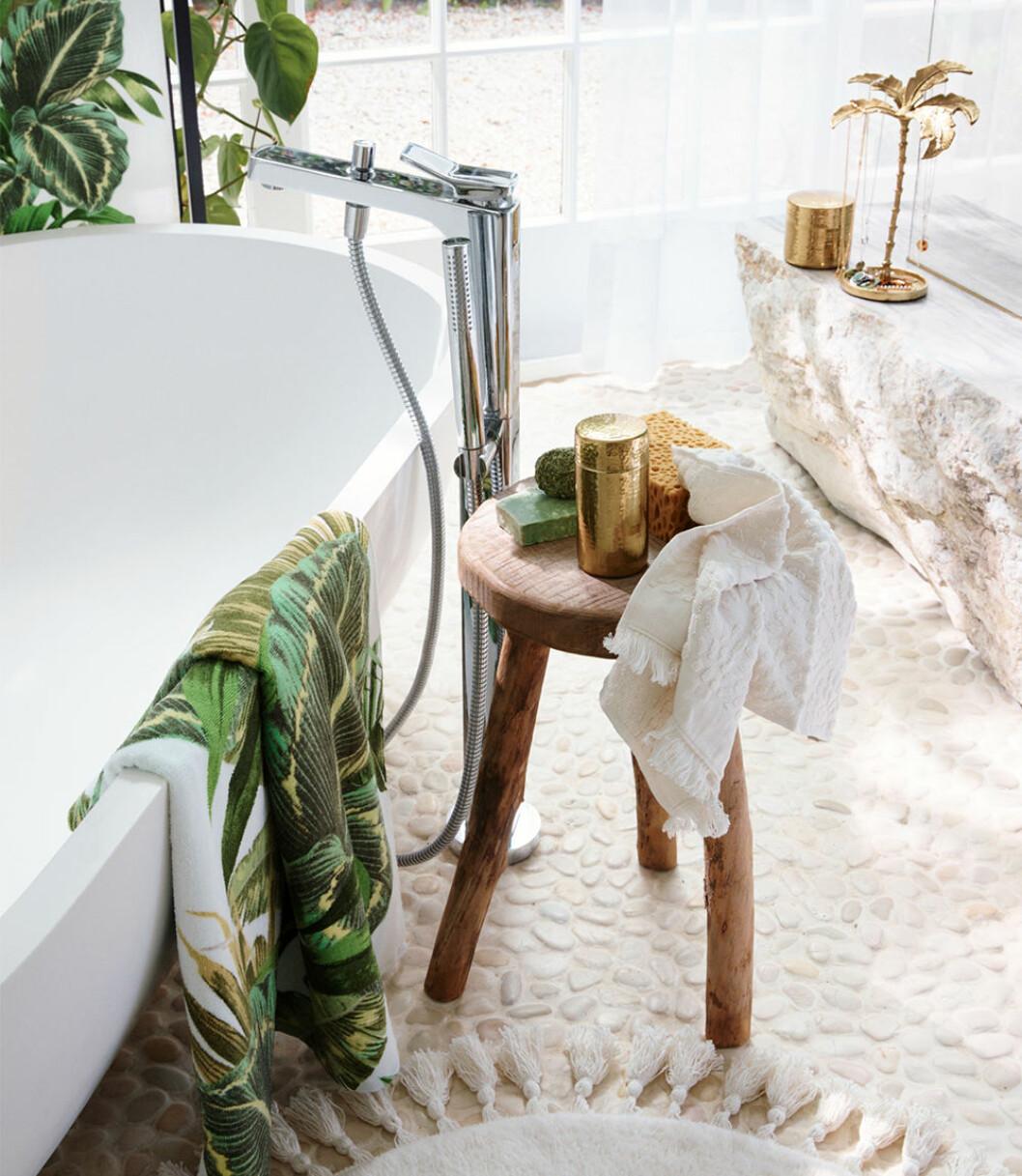 Badrum med naturmaterial och grönt på H&M Home