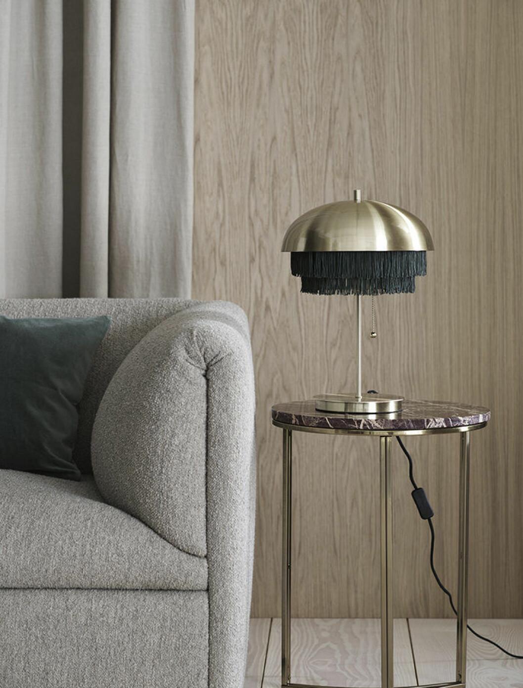 Mässingsfärgad lampa från H&M Home hösten 2019