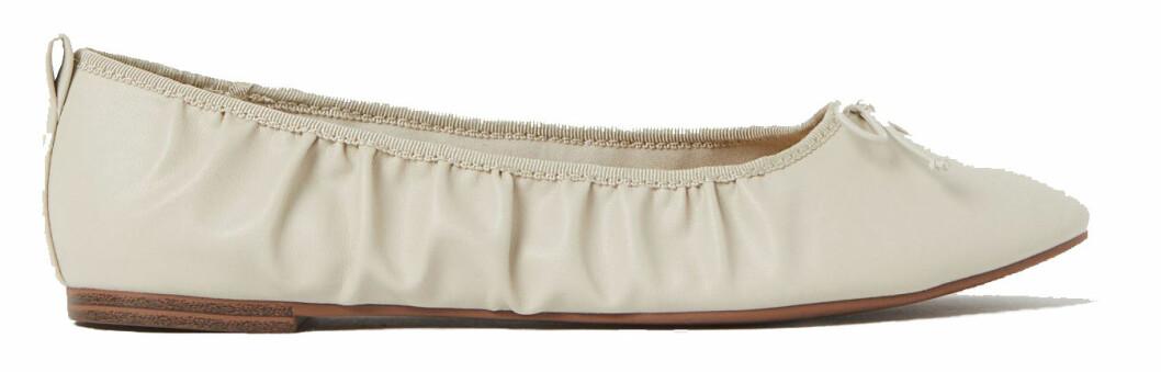 Vita ballerinaskor från H&M med skrynklig detalj längst sidan