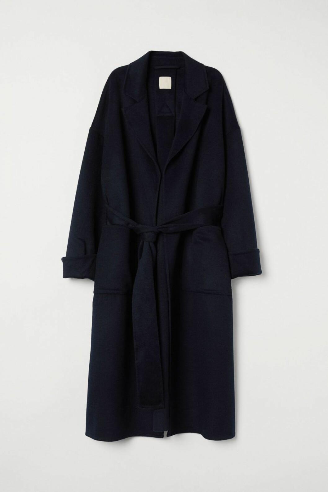 Snygg kappa från H&M i filtad ullmix samt knytskärp i midjan.