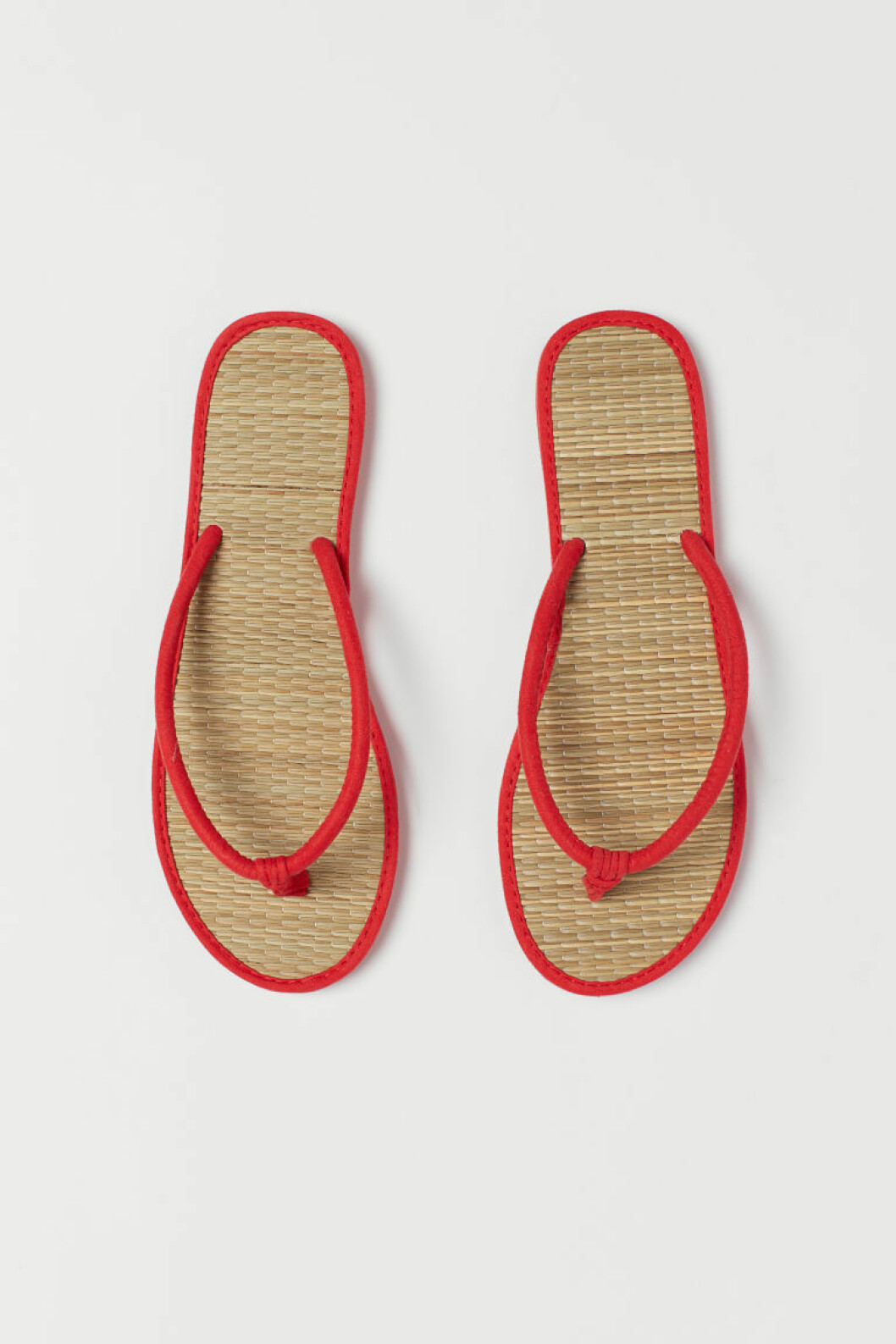 Flipflopsandaler med flädad sula av strå och röda detaljer från H&M.