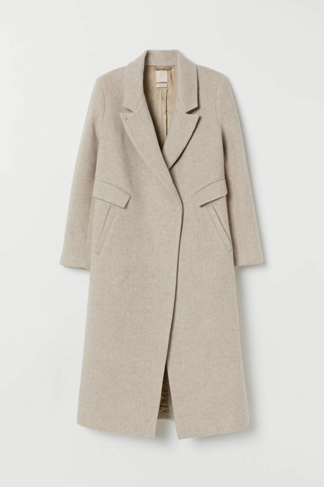 Lång kappa i rak modell och beige pudrig nyans från H&M.