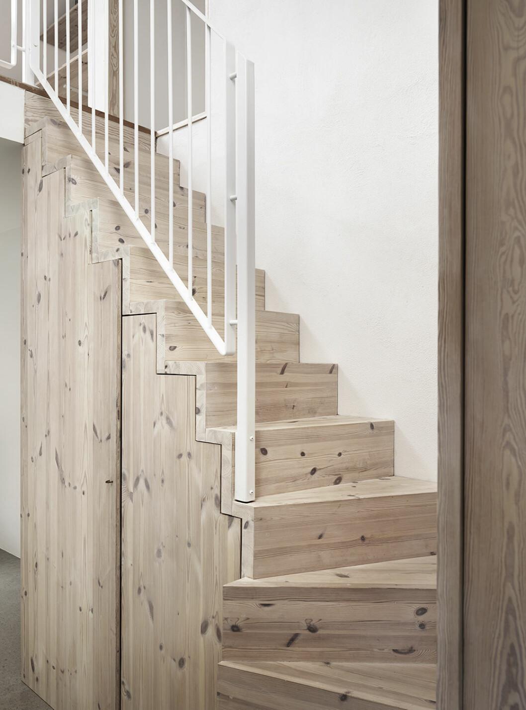 Inbyggd förvaring under trappa i hallen