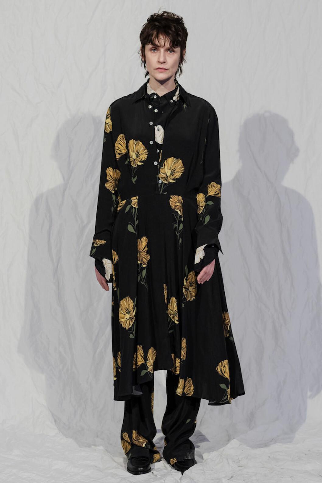 Lång svart klänning med gula blomdetaljer från HOPE AW18.