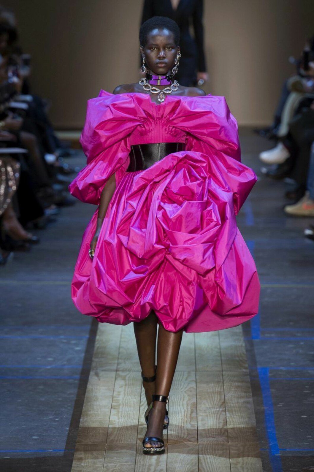 Alexander McQueen aw 19 chockrosa klänning