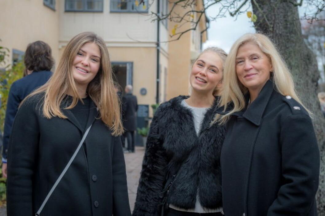 Tina Törnqvist med döttrarna Ellen och Johanna.