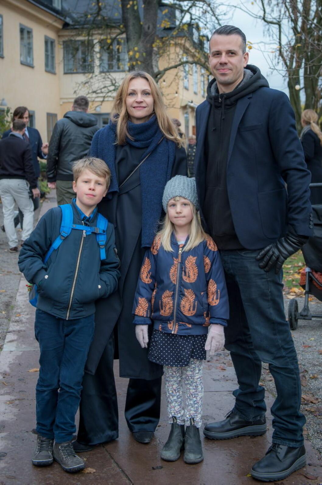 Sofie och Peter Smirnakos med familj.