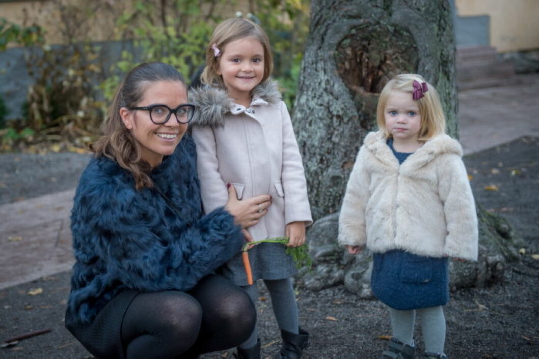 Clara Herngren med döttrar.