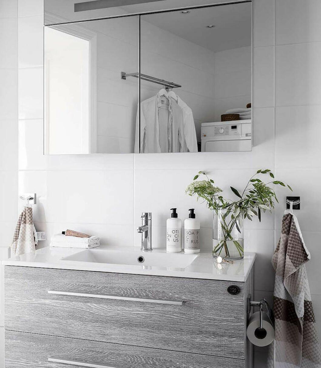 Enhetliga inredningsval skapar en lyxig känsla i badrummet.