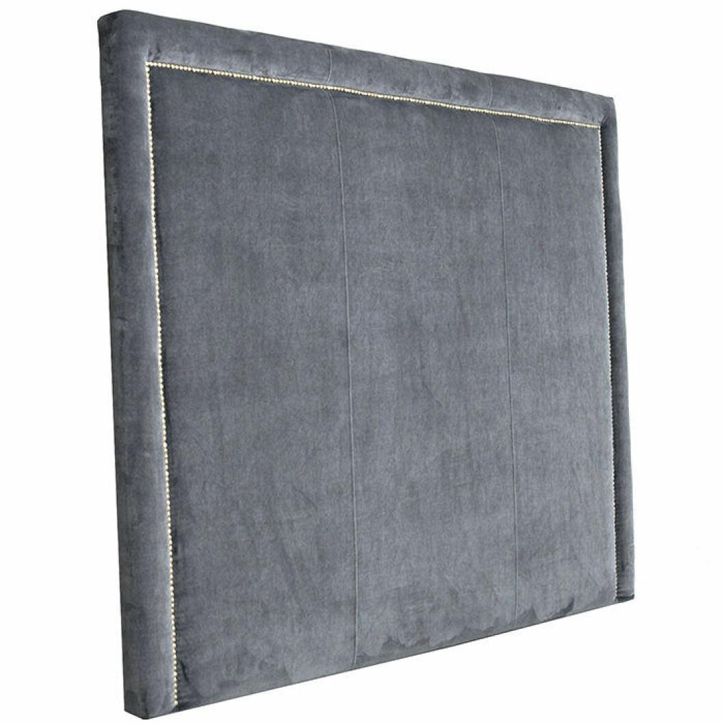 Sänggavel i grå sammet med dekorativa små nitar i mässing