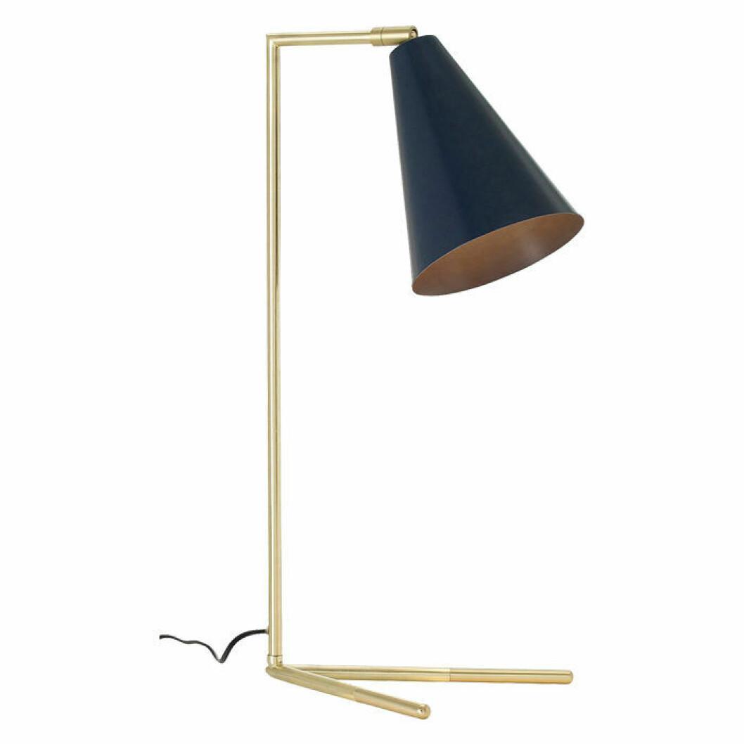 Stilren bordslampa med fot i mässingsfärgad metall och skärm i matt blåmålad metall