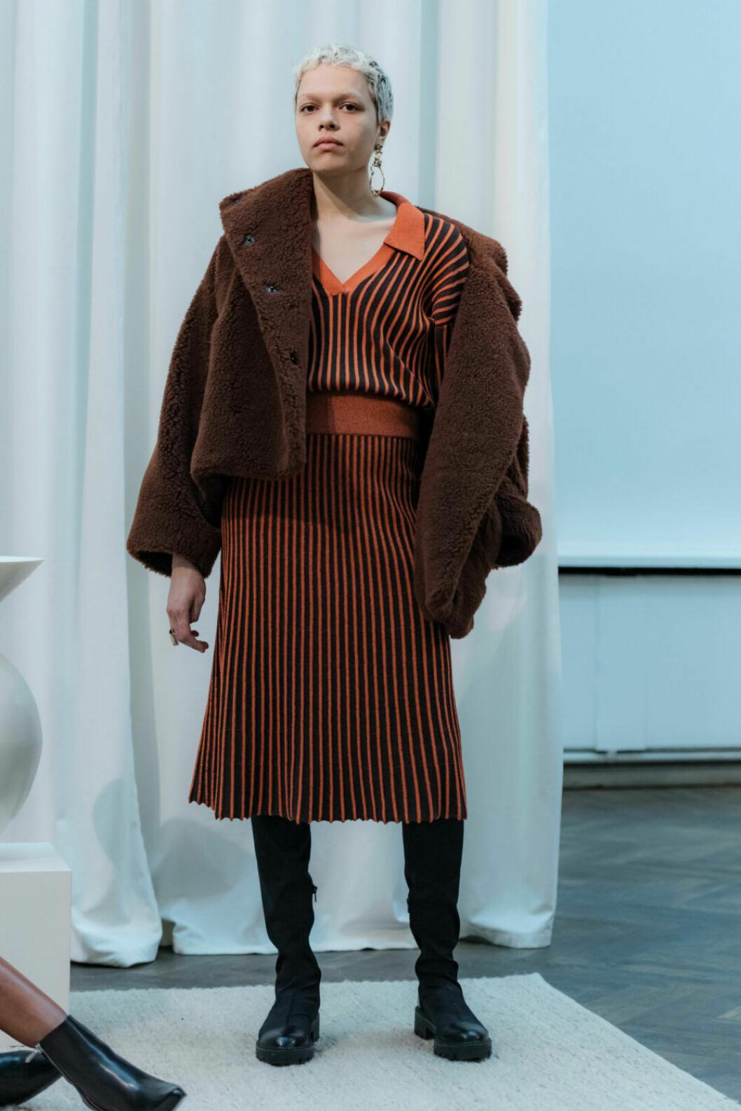Randig piketröja och matchande kjol på House of Dagmars AW19–presentation