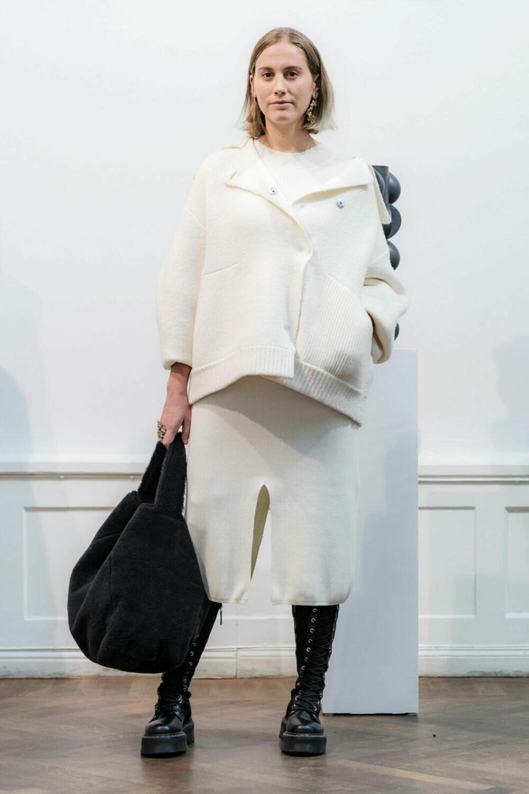 Vit tröja och kjol på House of Dagmars AW19–presentation