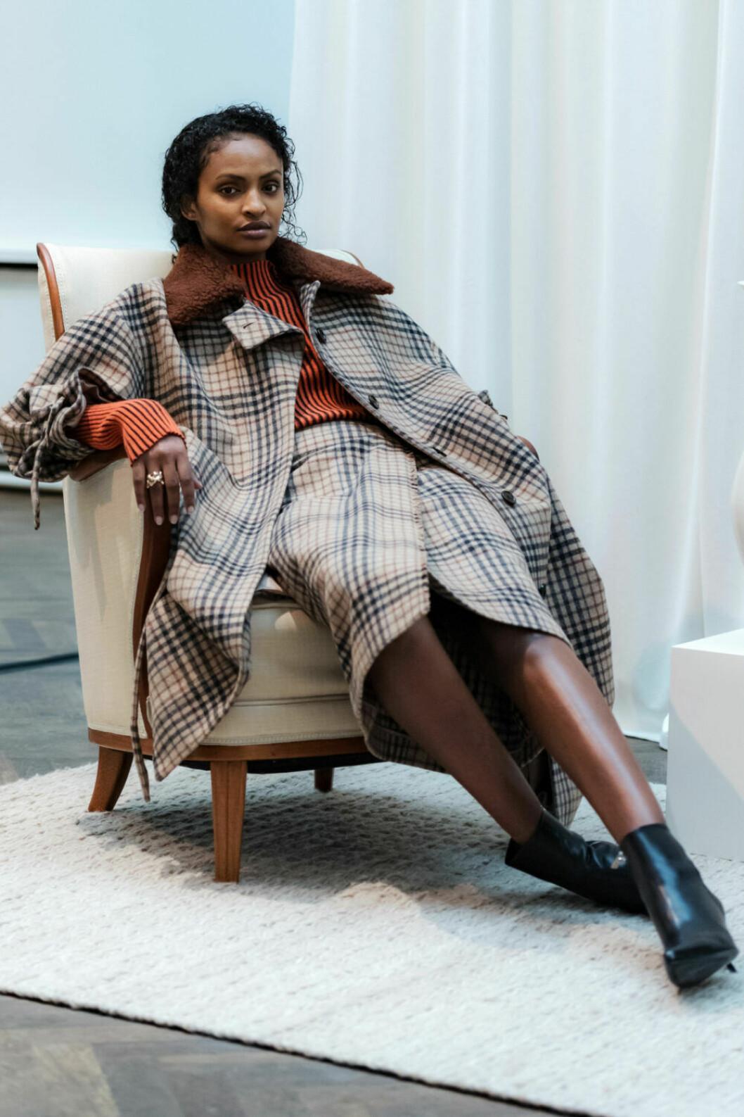 Vacker beigerutig kappa och kjol på House of Dagmars AW19–presentation