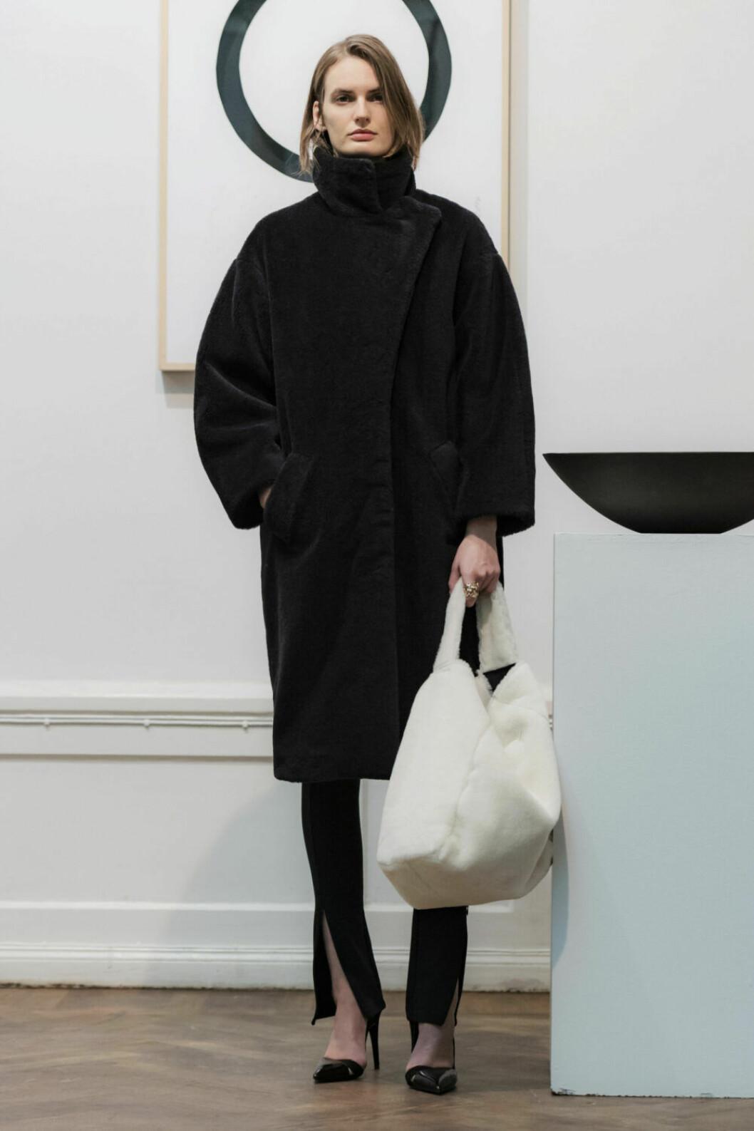Svart outfit bryts av med vit väska på House of Dagmars AW19–presentation
