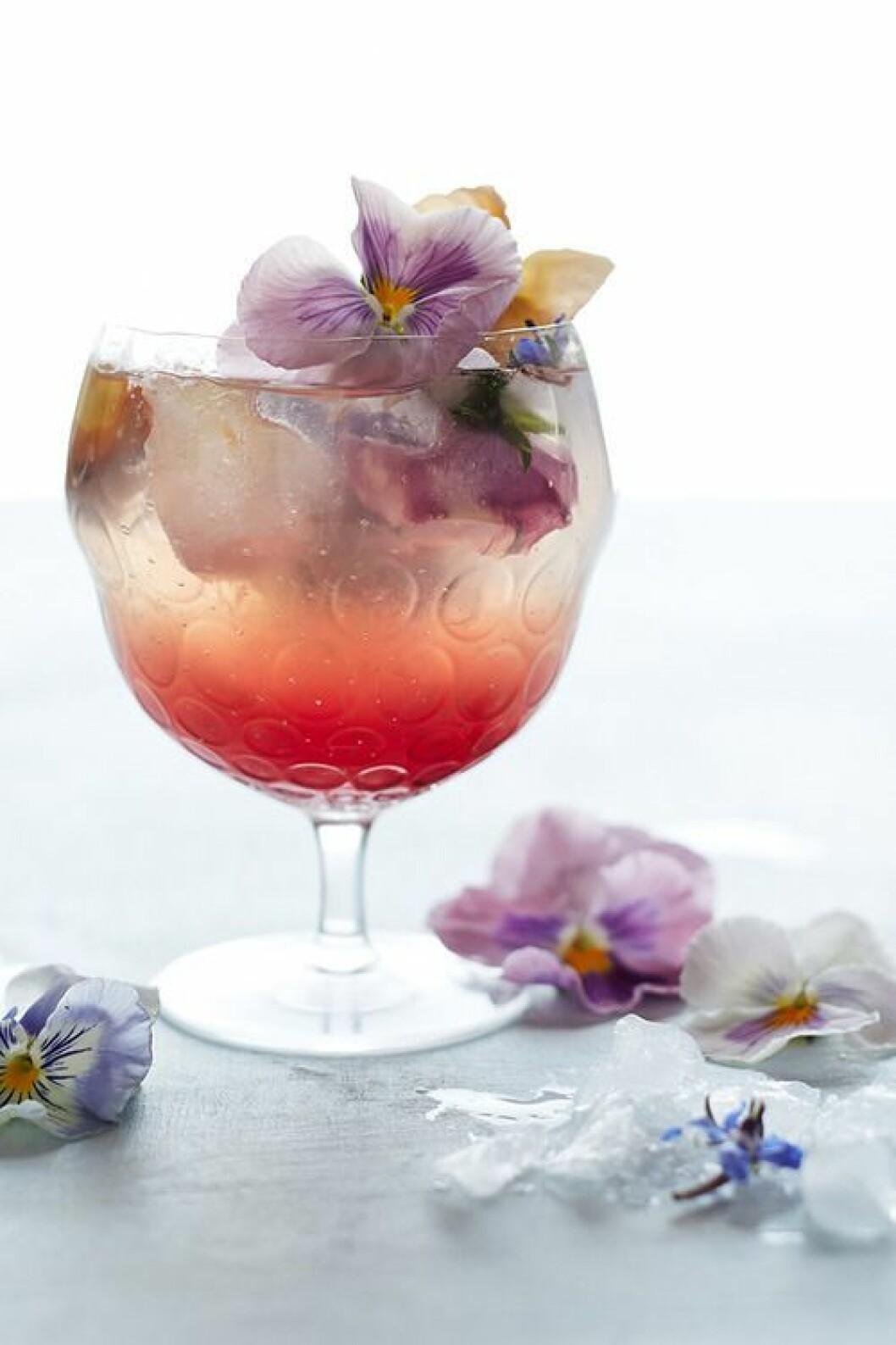 Drink med is och ätbara blommor.