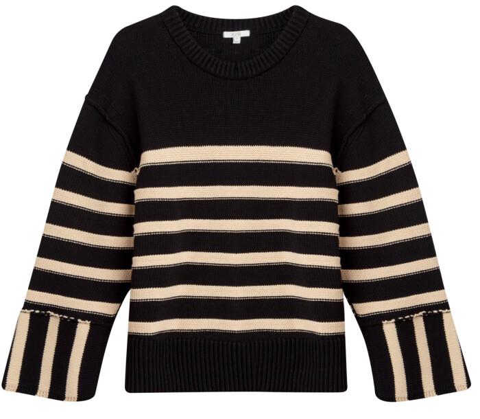 I SS21-kollektionen hos House of Dagmar syns denna stickade tröja med mjuka ränder i beige, gjort i 75 % ekologisk bomull.