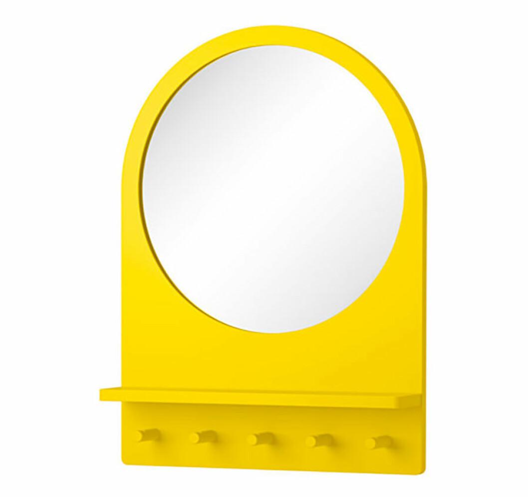 Spegel med en gul ram.