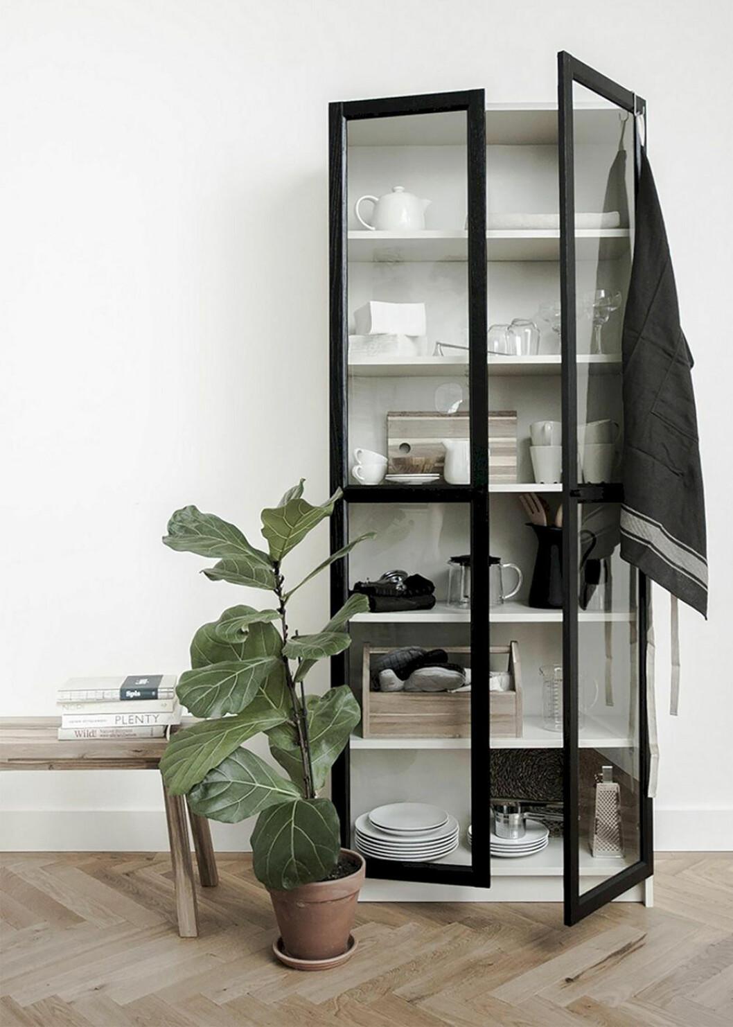 Ikea Billy-bokhylla omgjord till vitrinskåp