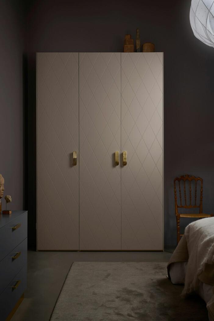 Ikea-garderob med Suprfront-dörrar och handtag