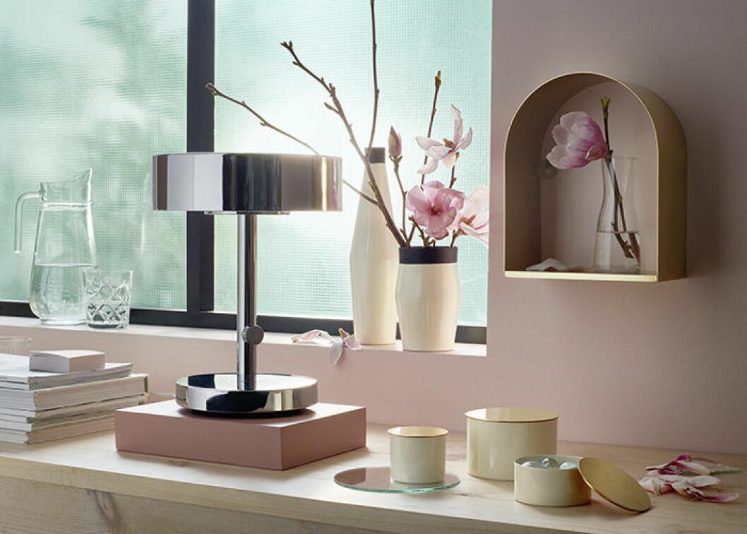 Pastellfärger blandas med naturmaterial.