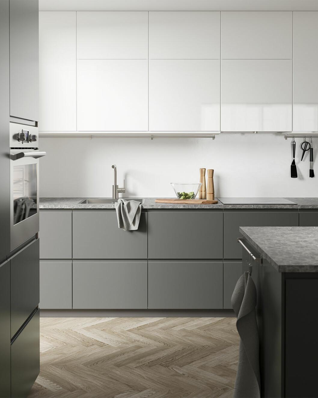Grått kök från Ikea-katalogen 2020