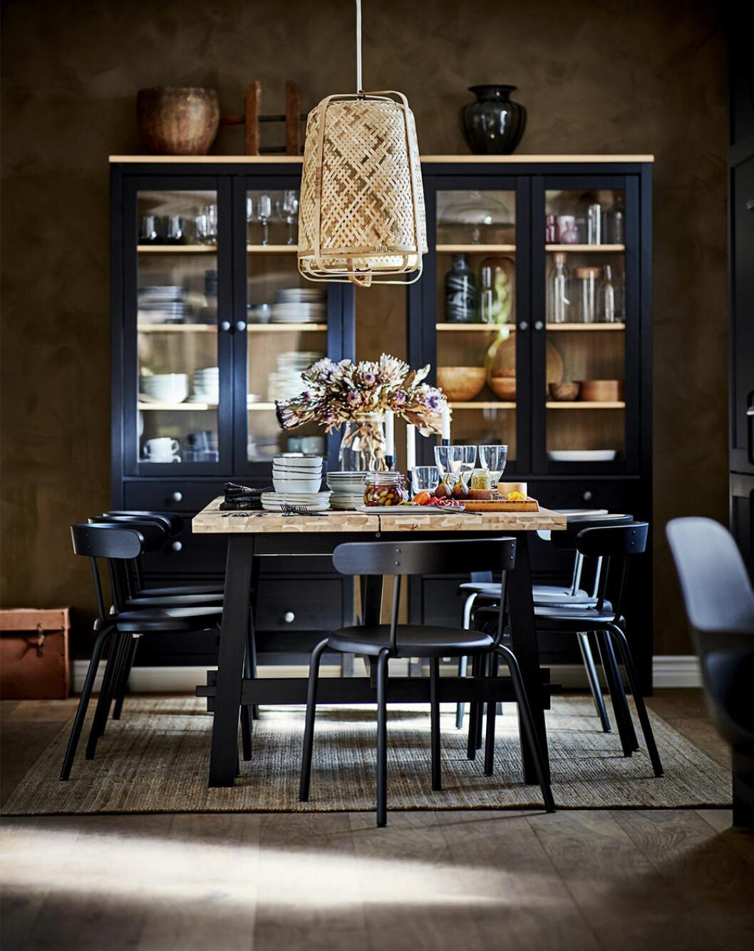 matplats med taklampa i naturmaterial från Ikea