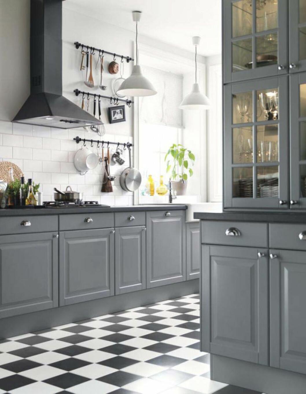 Kök med svartvitrutigt golv och gråa luckor