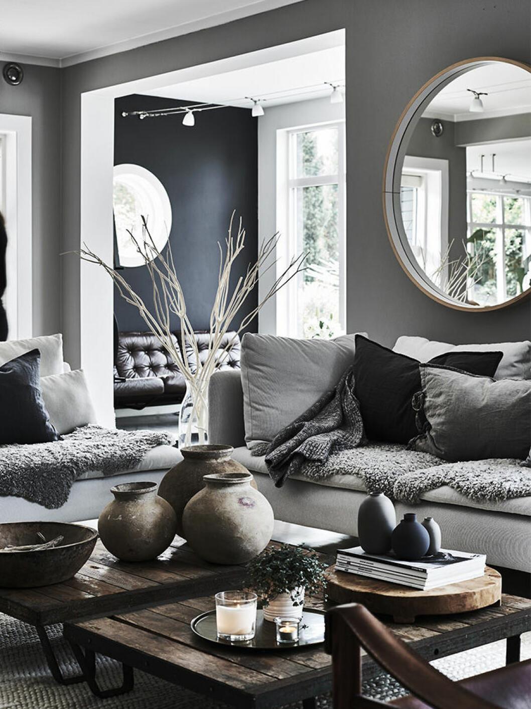 Vardagsrum i grått och mörkt trä
