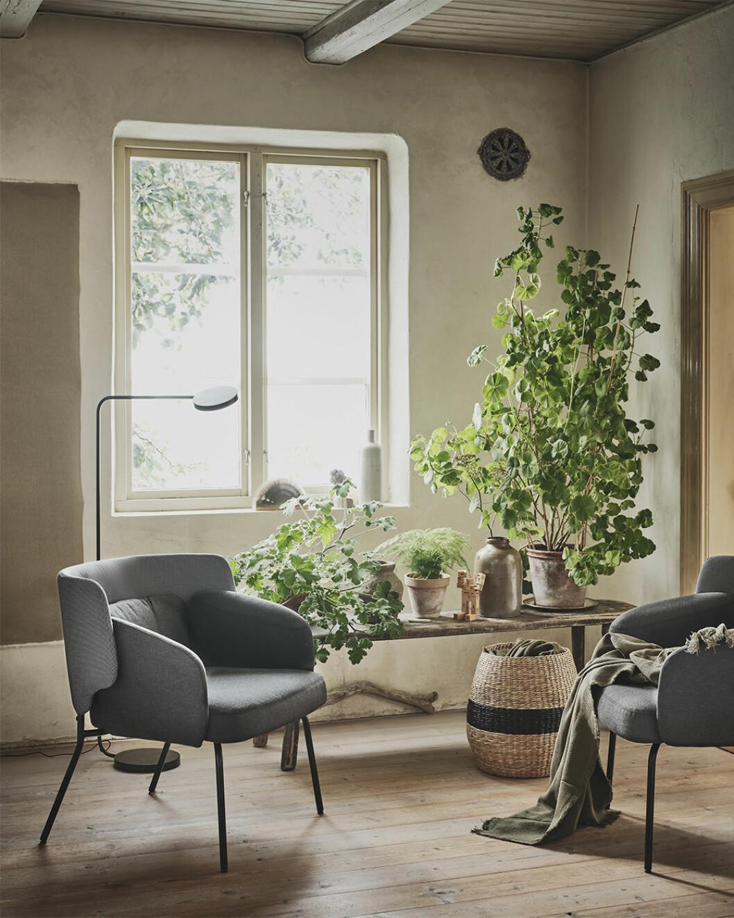 Fåtölj och förvaring i naturmaterial från Ikea våren 2020