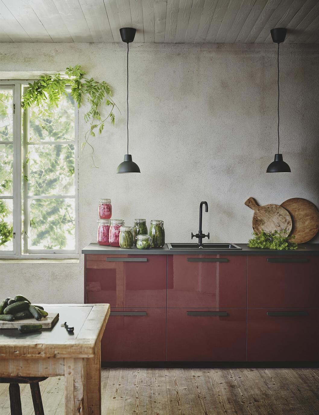 Ikea kök med högblanka luckor i rödbrunt