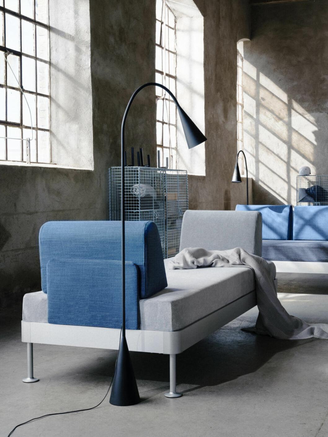 Golvlampa och dagbädd från Ikeas kollektion Delaktig, design Tom Dixon