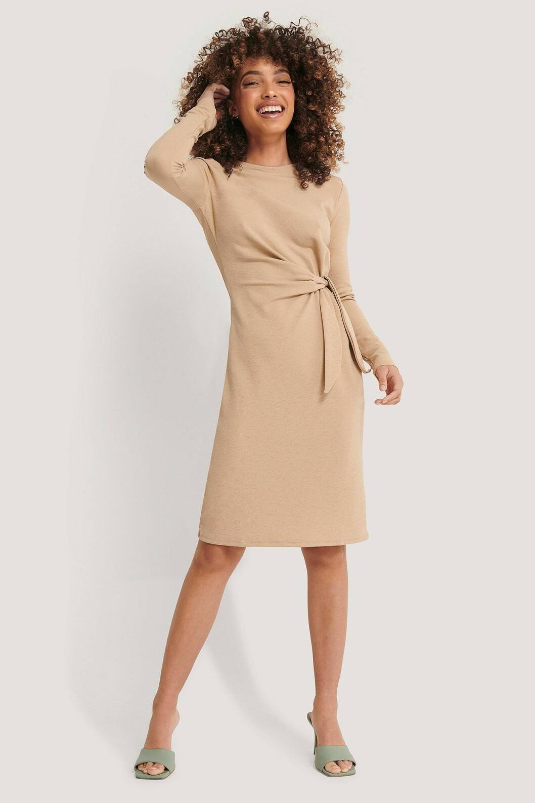 Imane Asry x Na-kd: Beige klänning