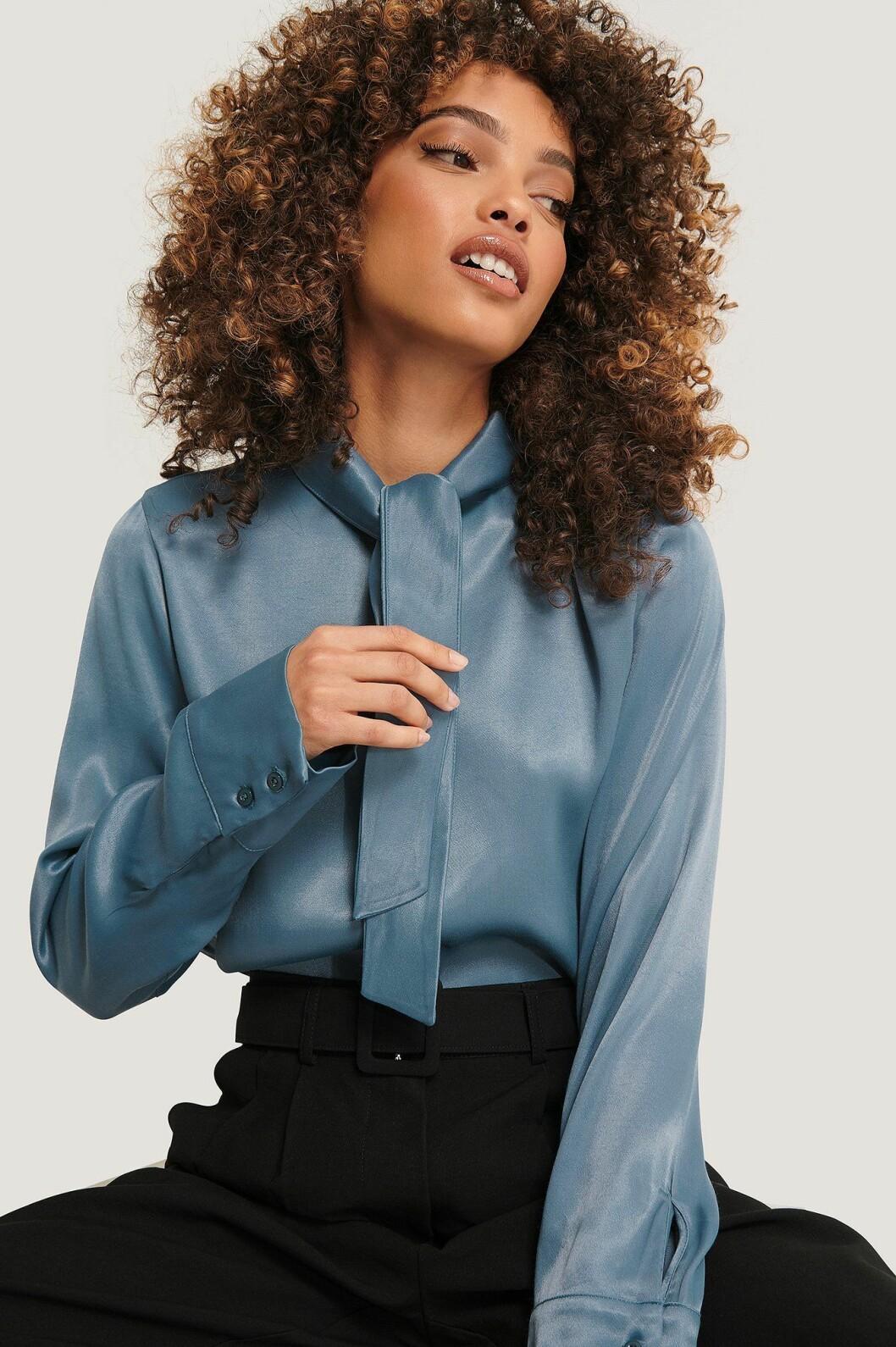 Imane Asry x Na-kd: Blå blus