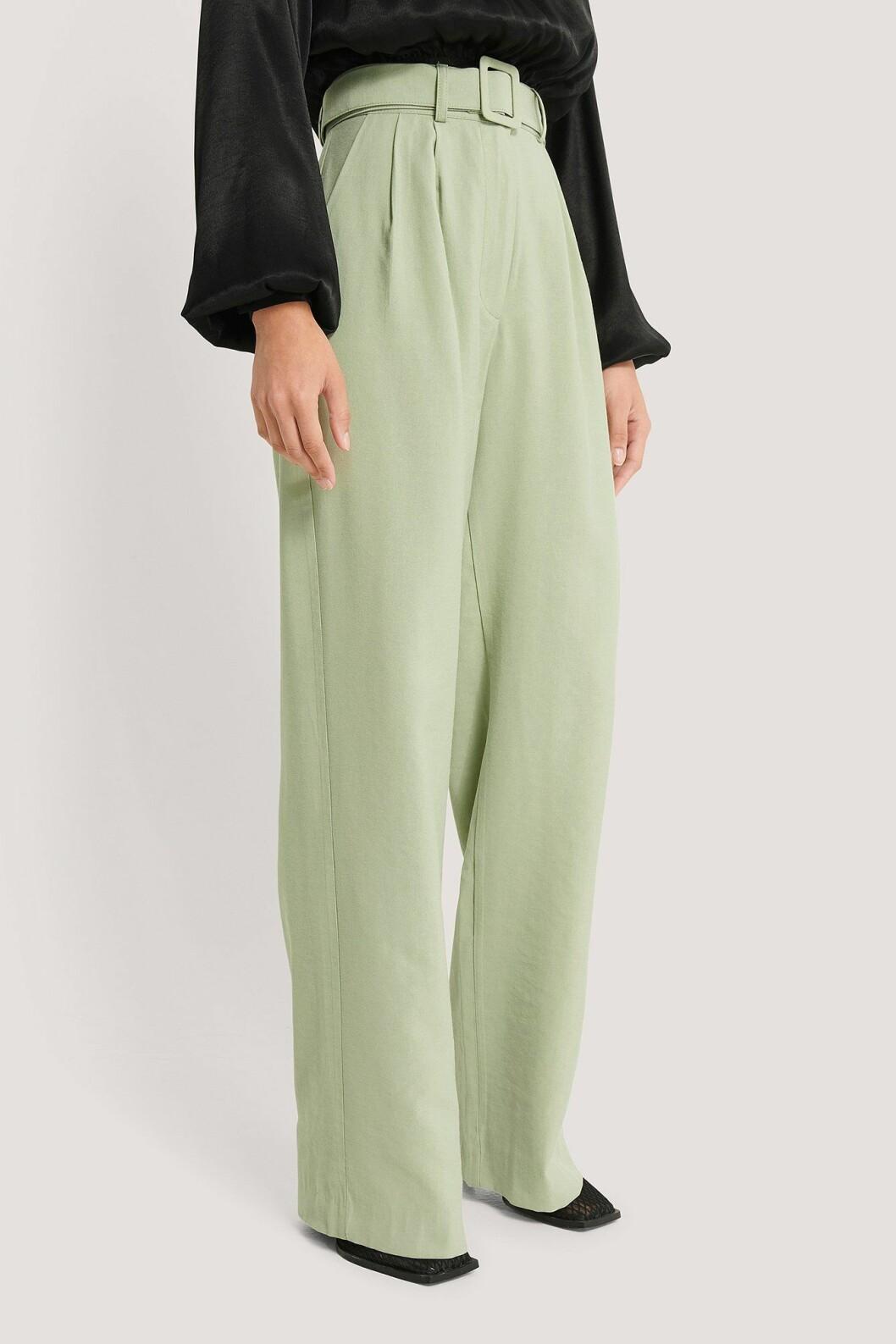 Imane Asry x Na-kd: Gröna kostymbyxor