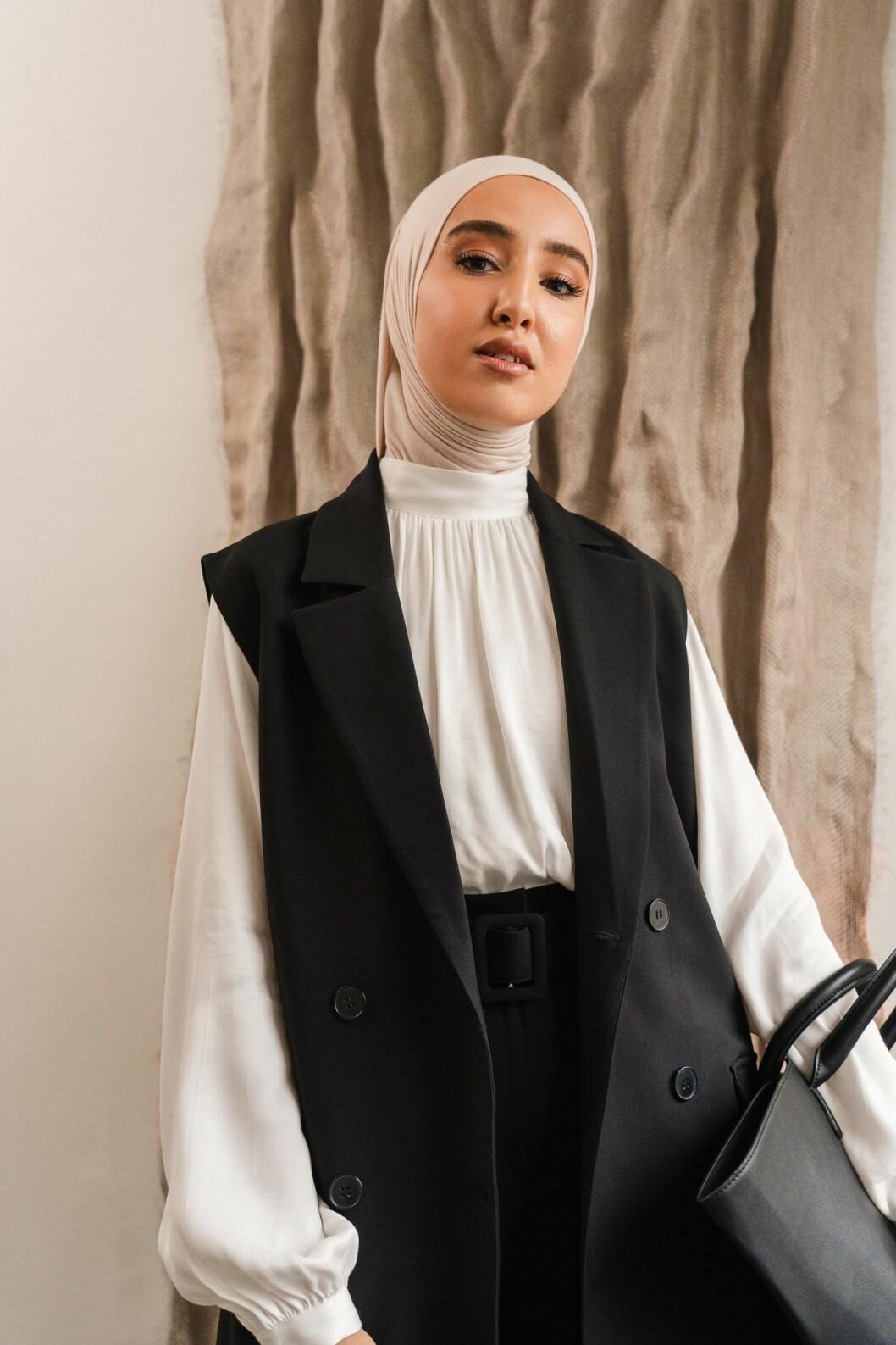 Imane Asry x Na-kd: Svart väst och svarta byxor