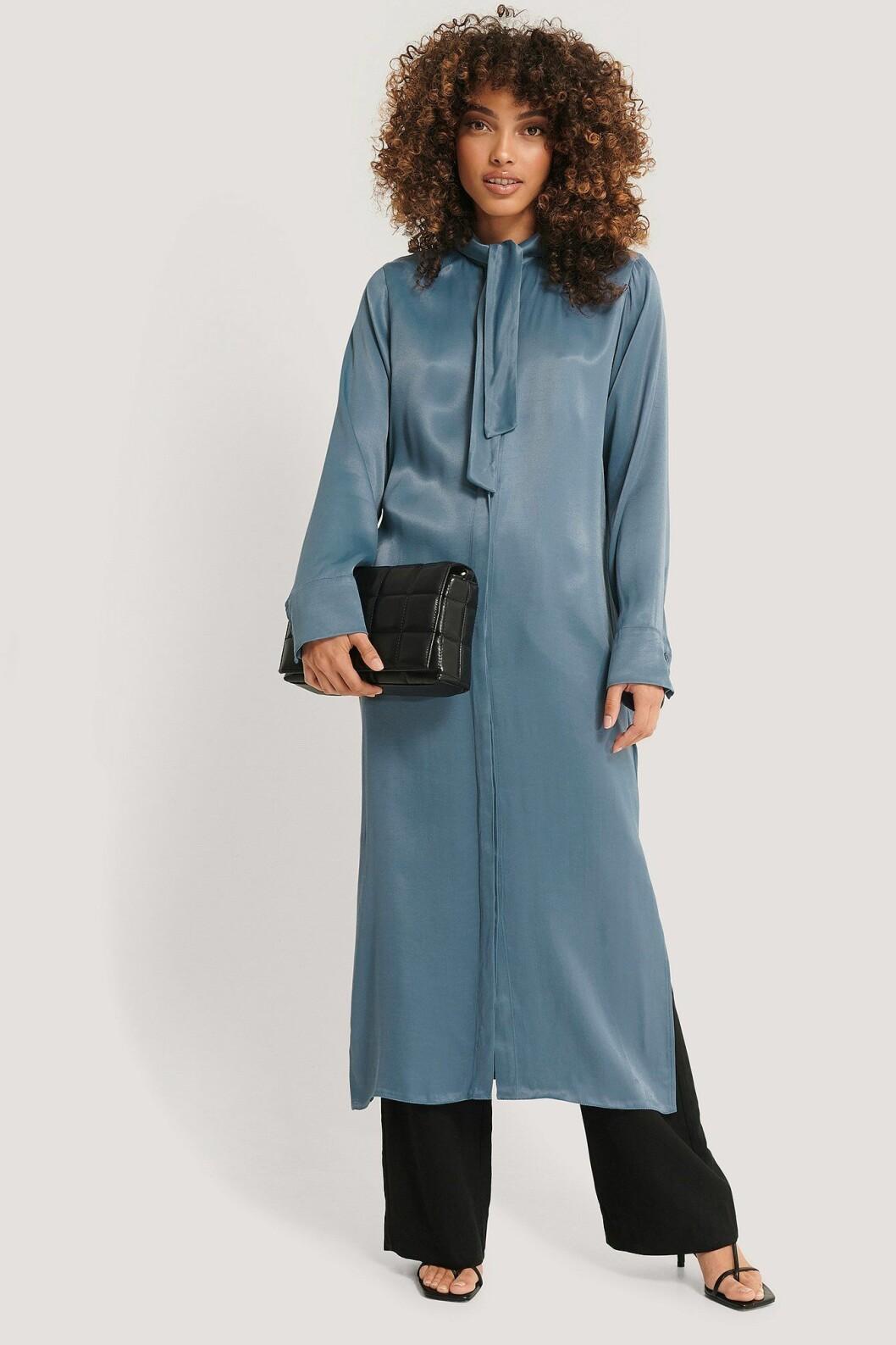 Imane Asry x Na-kd: Blå klänning