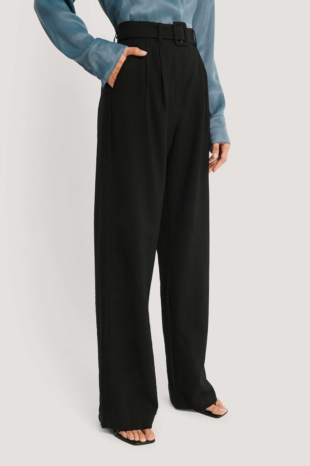 Imane Asry x Na-kd: Svarta kostymbyxor