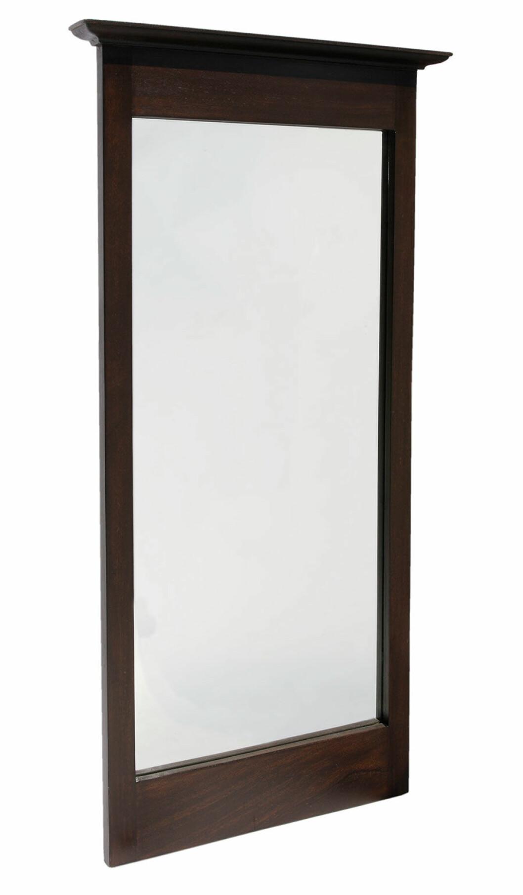 Spegel med en mörk träram.