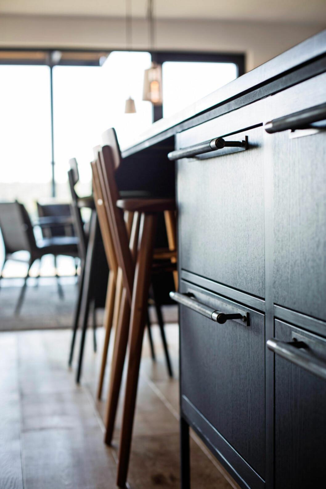 Detaljer i köket där handtagen, eluttag och strömbrytare är från Buster + Punch