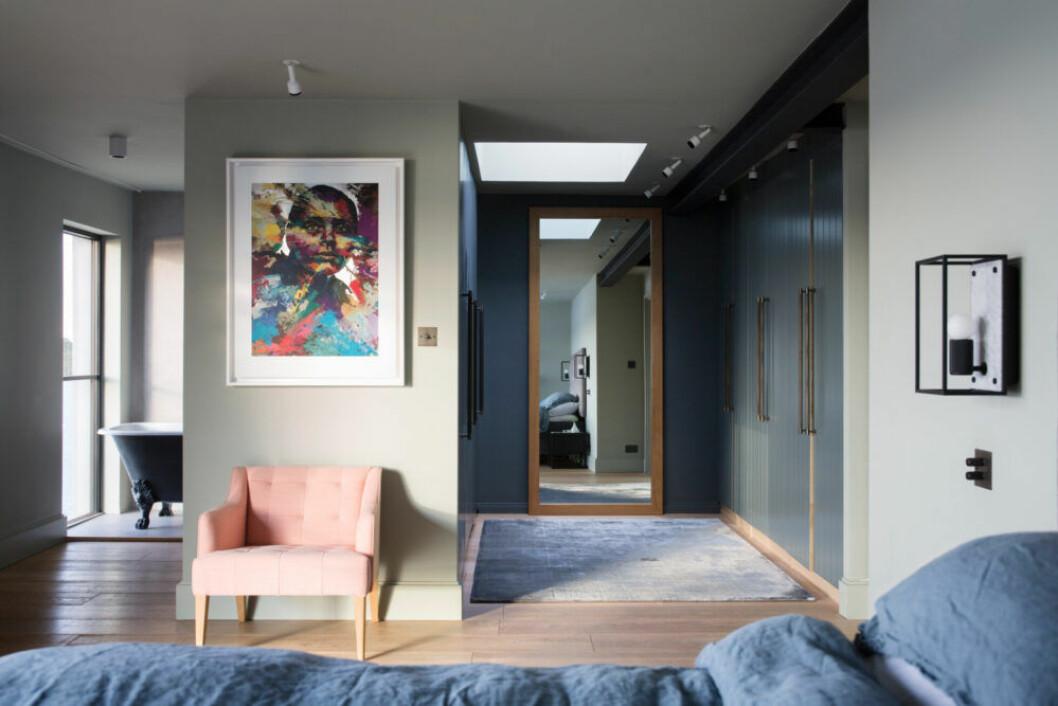 Sovrum i olika nyanser av blått, kontrast i form av en ljusrosa fåtölj