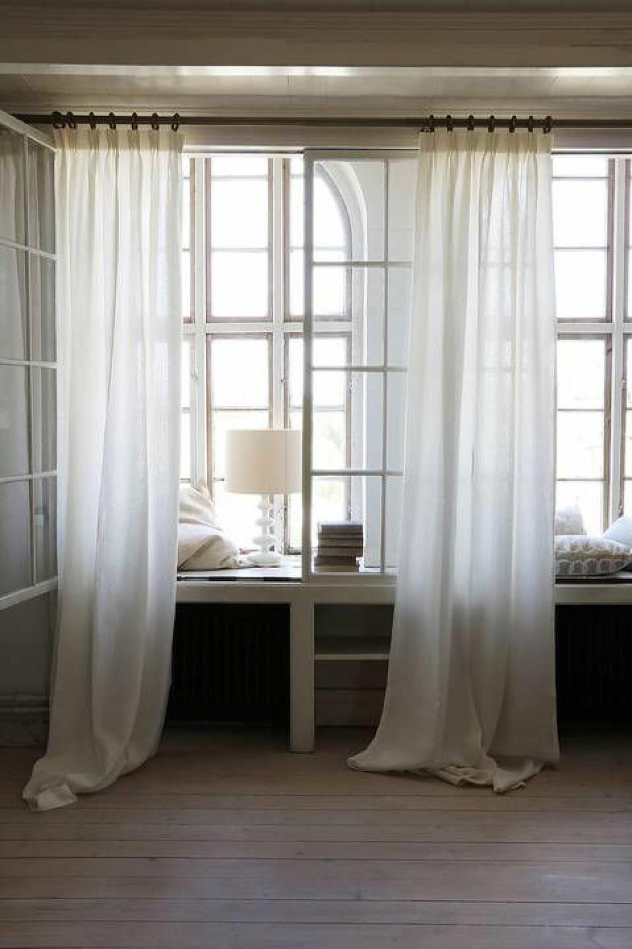 inred fönster och fönsterbräda