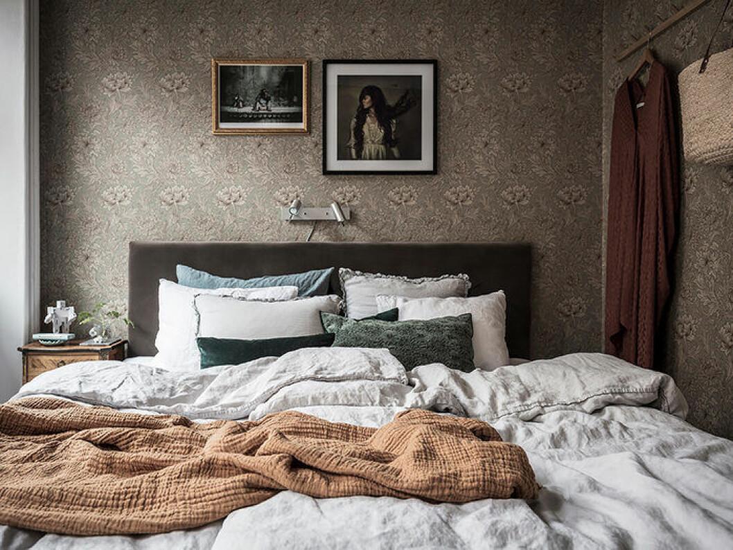 Ombonat, mysigt sovrum med mönstrad tapet