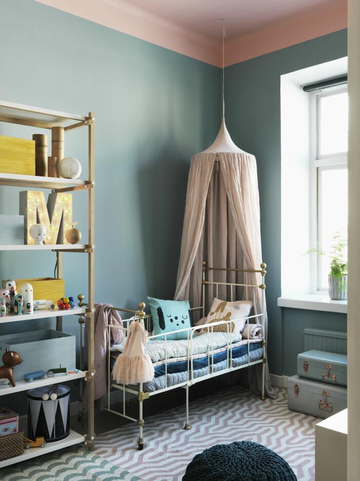 Inred med sänghimmel i barnrummet