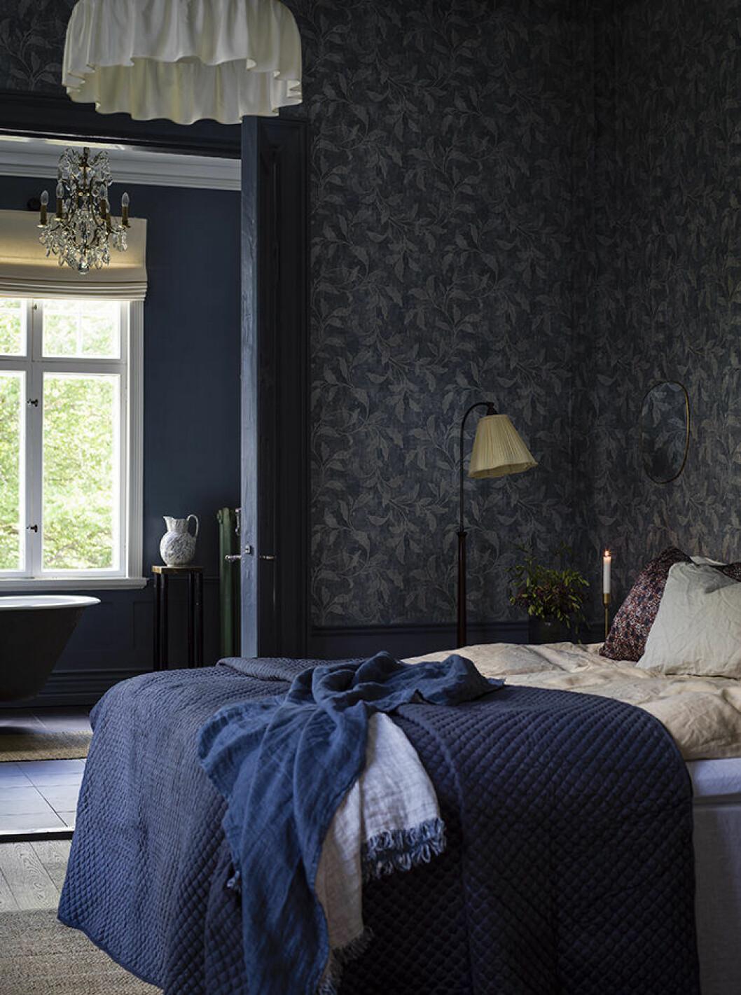 Ombonat sovrum med mörkblå mönstrad tapet från Boråstapeter