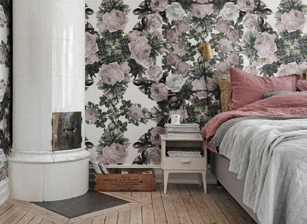 Inred sovrummet med blommönstrad tapet