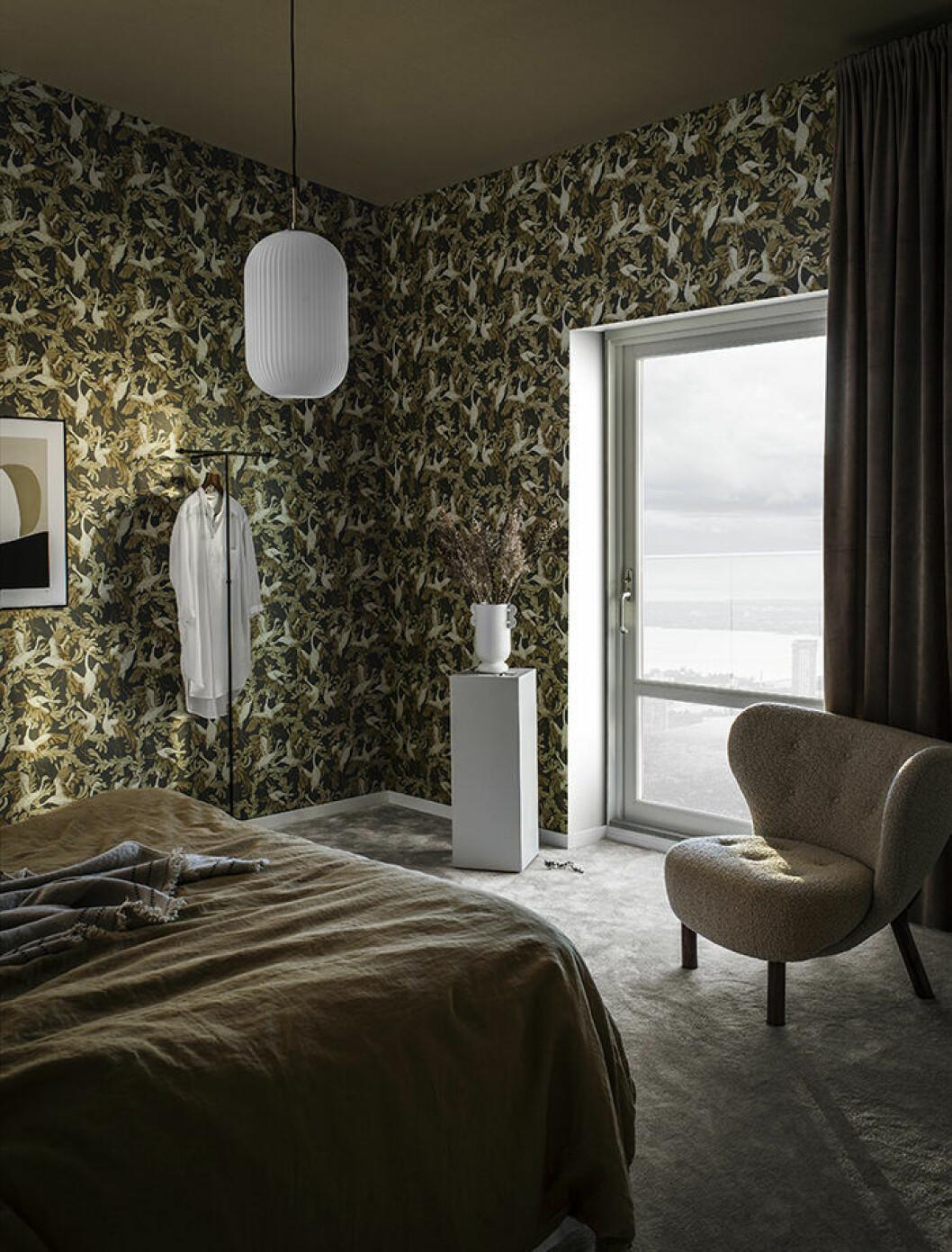 Maximalistisk tapet som skapar ett mysigt sovrum