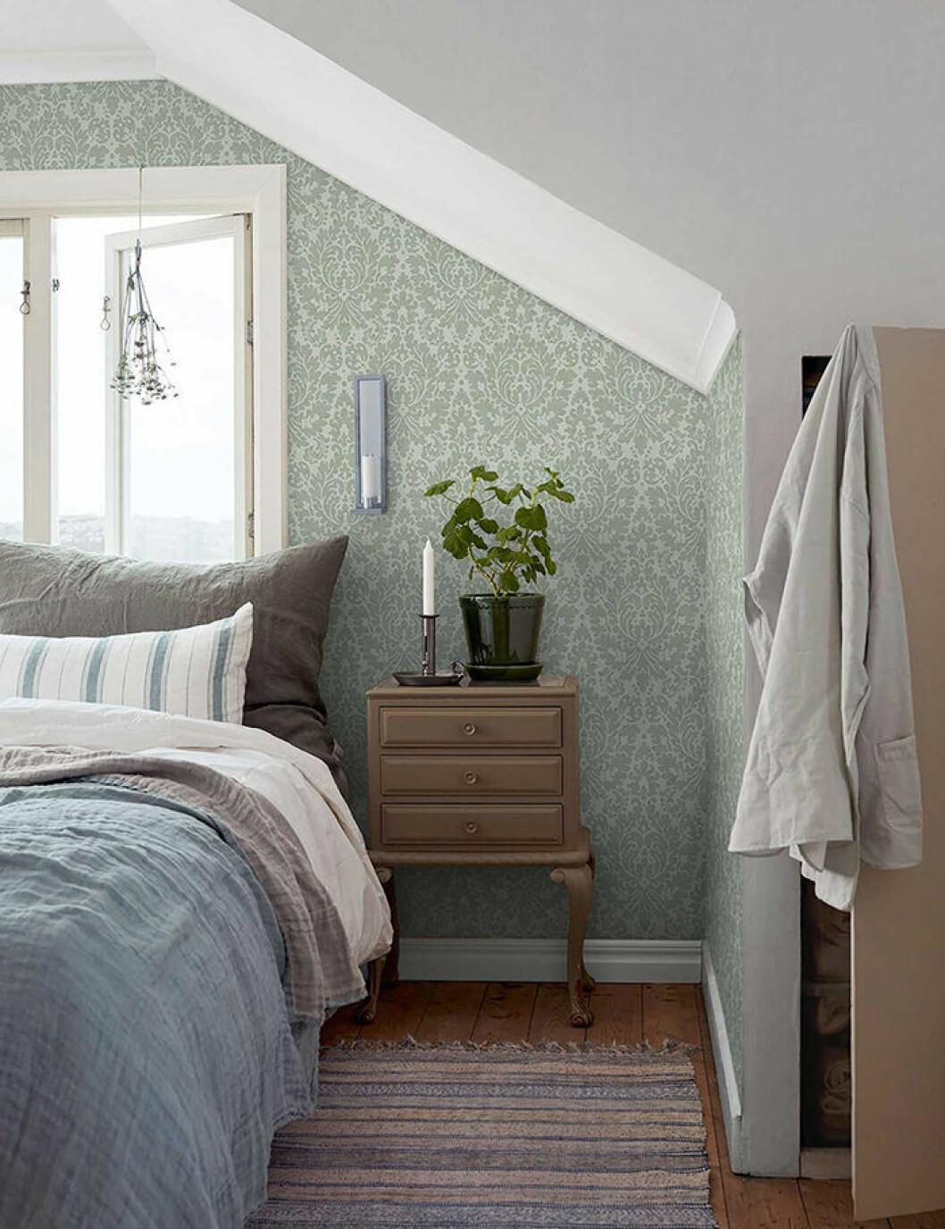 Harmonisk grön tapet i sovrummet
