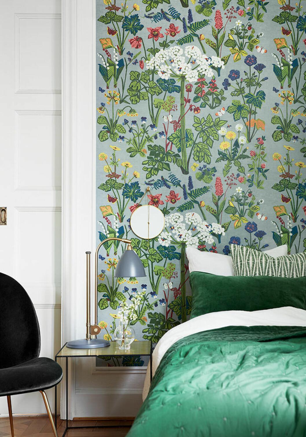 Somrig mönstrad tapet med blommor och växter från Boråstapeter